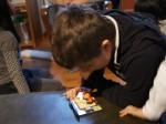 寿司消しゴムを見る男の子