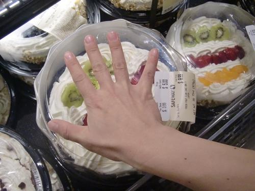 アメリカのスーパーで売られていたケーキ
