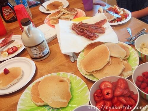 朝食 パンケーキ&ベーコン&フルーツ