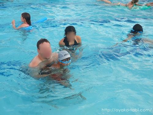 プールで水遊び